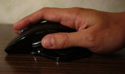 Чтобы воспользоваться прокруткой, рука смещается назад